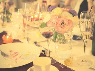 ワイングラスとテーブルに座っている人のグループの写真・画像素材[1233760]