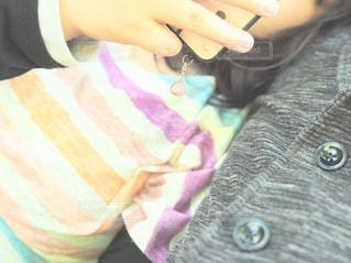 テーブルに座っている女の子の写真・画像素材[1261488]