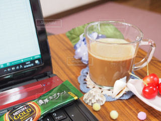 木製テーブルの上に座っているラップトップ コンピューターの写真・画像素材[1276346]