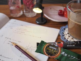 テーブルの上のコーヒー カップの写真・画像素材[1278204]