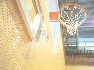 近くにバスケット ボール コートのアップの写真・画像素材[1319459]