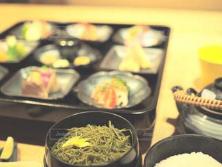 テーブルの上に食べ物のトレイの写真・画像素材[1666317]