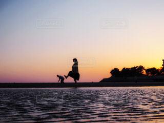 水の体に沈む夕日の写真・画像素材[2086278]