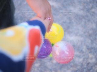 おもちゃを持つ手の写真・画像素材[2342062]