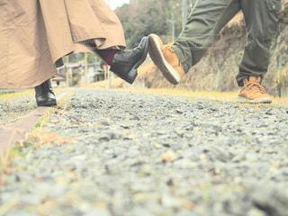 砂の中に立っている人々のカップルの写真・画像素材[2706823]