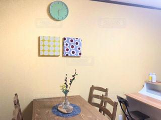 木製のテーブルの上に時計がある部屋の写真・画像素材[2942077]