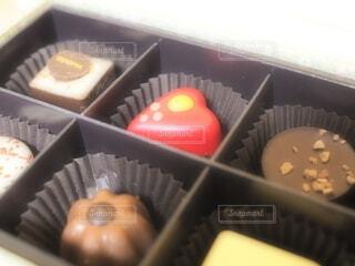 皿の上に異なる種類の食べ物が入った箱の写真・画像素材[4249026]