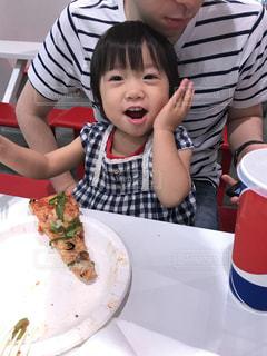 子ども,女の子,おいしい,ピザ,おいしー,ジェスチャー,頰に手ポーズ,頰に手
