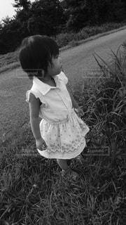 草の中に立っている少女 - No.813262