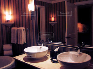 洗面台と鏡付きのバスルームの写真・画像素材[758001]