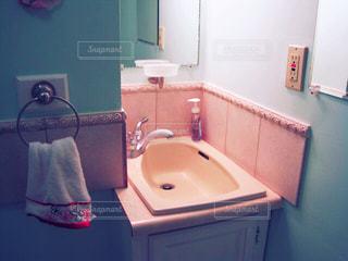洗面台と鏡付きのバスルームの写真・画像素材[759313]