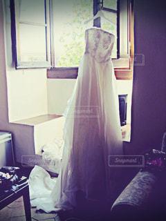 ベッドと部屋で机付きのベッドルームの写真・画像素材[796325]