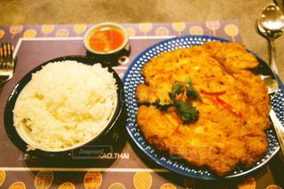 テーブルの上に食べ物のプレートの写真・画像素材[822465]