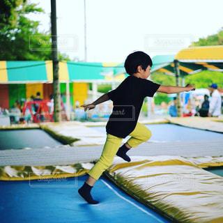 トランポリンで遊ぶ子供の写真・画像素材[1176741]