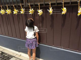 黄色の壁の前に立っている女の子 - No.709901