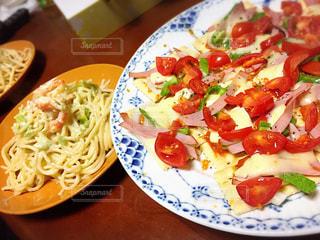 テーブルの上に食べ物のプレートの写真・画像素材[774115]