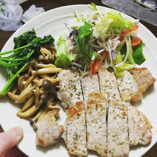 肉と野菜をトッピング白プレートの写真・画像素材[771575]