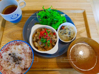 テーブルの上に食べ物のボウルの写真・画像素材[769393]