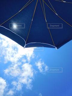 曇りの日に青い傘の写真・画像素材[1101400]