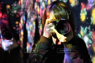 携帯電話で話す人の写真・画像素材[709811]