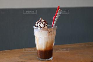 テーブルの上のコーヒー カップ - No.709817