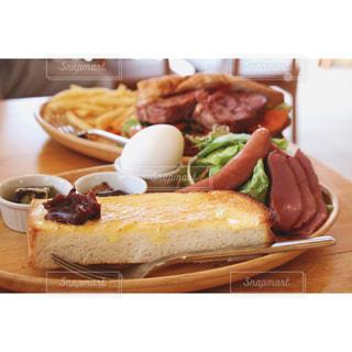 テーブルの上に食べ物のプレート - No.743144