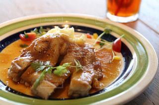板の上に食べ物のボウルの写真・画像素材[743146]