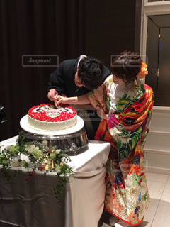 誕生日ケーキの前に立っている男 - No.784420