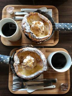 食品や木製のテーブルの上のコーヒー カップのプレートの写真・画像素材[891778]