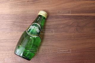 木製の表面グリーン ボトル - No.908407