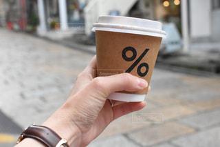 コーヒーのカップを持っている手の写真・画像素材[908418]