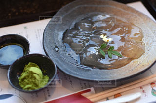 テーブルの上に食べ物のプレートの写真・画像素材[908423]