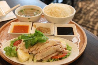 テーブルの上に食べ物のプレートの写真・画像素材[910733]