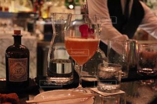 ワイングラスを持つテーブルに座って人の写真・画像素材[927263]