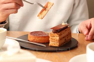 皿の上のケーキを食べている人の写真・画像素材[1044496]