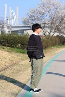 未舗装の道路に立っている人の写真・画像素材[1113838]