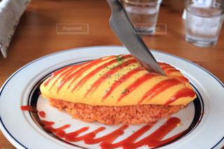 皿の上のケーキのスライスの写真・画像素材[1229840]