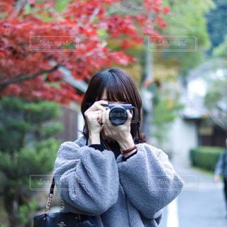 ミラーレスカメラを持つ女性の写真・画像素材[2590820]