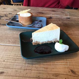 木製テーブルの上のケーキの一部の写真・画像素材[801487]