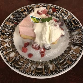ケーキと皿の上のアイスクリームの写真・画像素材[801492]