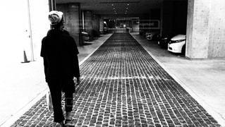 歩道に立っている人の写真・画像素材[815591]