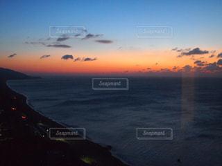 水の体に沈む夕日の写真・画像素材[964451]