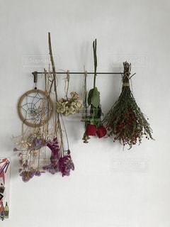テーブルの上の花の花瓶の写真・画像素材[1020413]