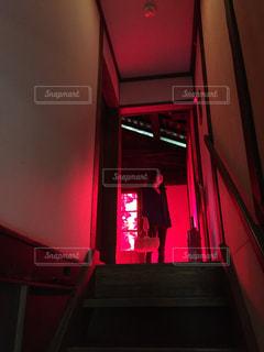 赤点灯している部屋の男 - No.718391