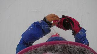 雪の中で立っているスノーボーダー - No.870176