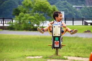 フリスビーを保持している小さな男の子の写真・画像素材[710600]