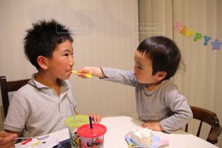 テーブルの前で彼の歯を磨く少年の写真・画像素材[818965]