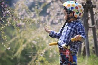 ヘルメットを身に着けている男の子 - No.893348