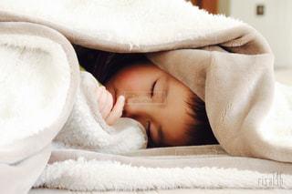 毛布に包まる子供の写真・画像素材[1633057]