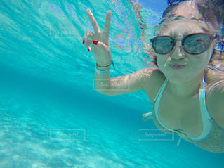 水のプールで泳いでいる女性 - No.736477